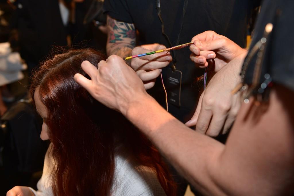 capelli treccine con fili colorati