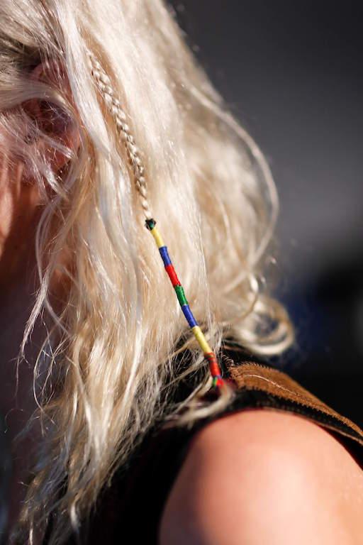 capelli treccine con fili colorati (2)