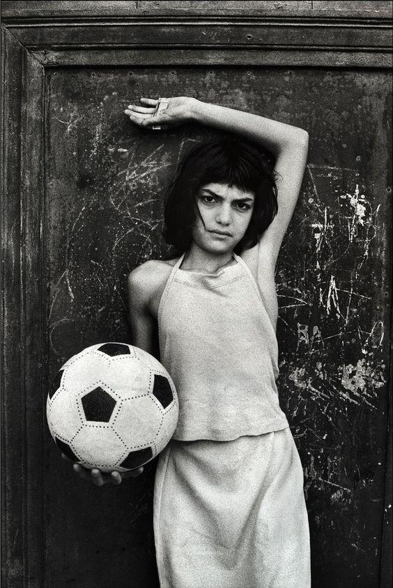Letizia Battaglia- La bambina con il pallone, quartiere la Cala. Palermo, 1980