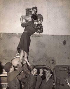 Marlene Dietrich bacia un soldato di ritorno dalla guerra (1945)