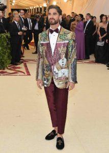 Darren Criss indossa giacca di Dolce e Gabbana con ornamenti bizantini al Met Gala 2018